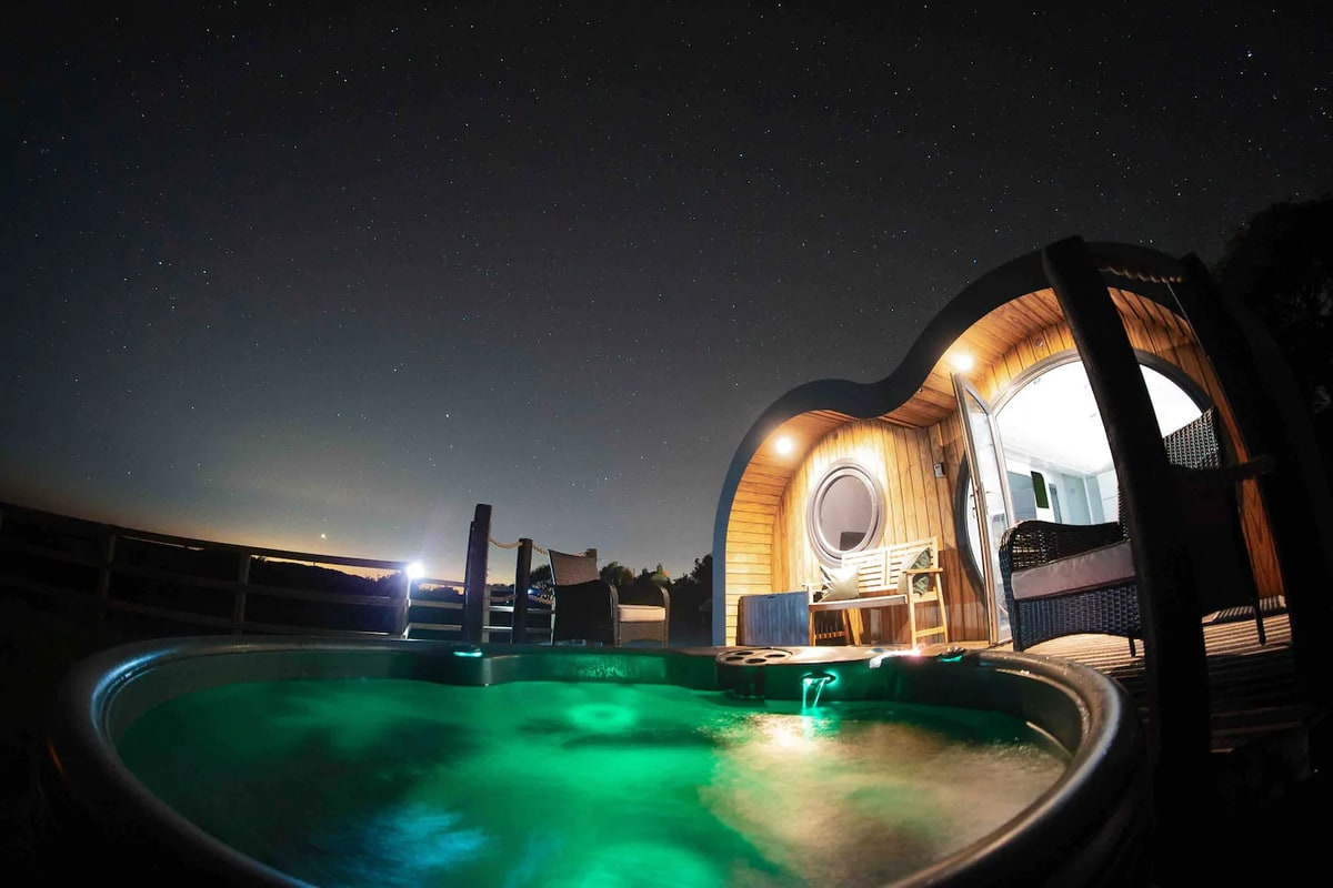The Willow cabin: Stargazing from Jacuzzi
